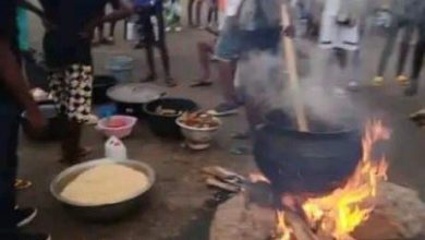 Photo of Edo #EndSARS protesters block highway to cook Sunday Jollof rice (photos)